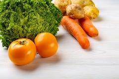 Composição com os vegetais orgânicos crus sortidos Foto de Stock