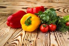 Composição com os vegetais orgânicos crus sortidos tais como o tomatoe imagens de stock
