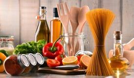 Composição com produtos alimentares sortidos e utensílios da cozinha fotografia de stock royalty free