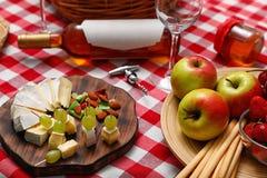 Composição com queijo, frutos e vinho na cobertura do piquenique foto de stock royalty free