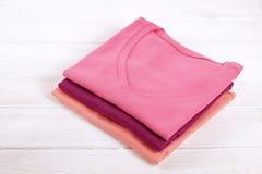 Composição com a roupa dobrada, unisex para o homem e a mulher, cor diferente & material Pilha da lavanderia, roupa limpa seca Fotografia de Stock