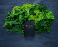 Composição com salada e Bíblia Fotos de Stock