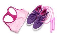 Composição com sportswear, sapatilhas e corda de salto no fundo branco imagens de stock royalty free