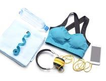 Composição com sportswear, telefone celular e a fita de medição no fundo branco imagens de stock royalty free