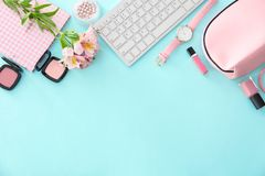 Composição com teclado de computador, cosméticos imagens de stock royalty free