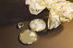 Composição com um espelho, um anel e uma curva imagem de stock royalty free
