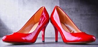 Composição com um par de sapatas vermelhas do salto alto Fotos de Stock Royalty Free