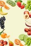 Composição com uma grande variedade de frutos diferentes em torno das bordas do quadro Lugar para o texto no meio imagens de stock