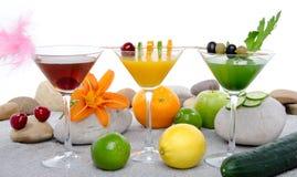 Composição com uma laranja, uma cereja e uns cocktail verdes dos vegetais Fotografia de Stock Royalty Free