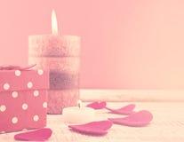 Composição com vela, caixa de presente e corações Imagens de Stock