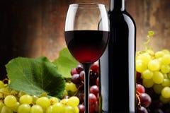 Composição com vidro, garrafa do vinho tinto e as uvas frescas Fotos de Stock Royalty Free