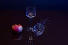 Composição com vidros e uma maçã Imagem de Stock Royalty Free