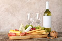 Composição com vinho e petiscos na tabela imagem de stock