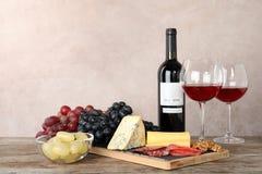 Composição com vinho e petiscos na tabela foto de stock royalty free