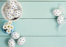 A composição consiste em ovos da páscoa e em flores da mola Fotos de Stock
