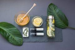 Composição cosmética cinzenta com mel e limão Vista superior Foto de Stock