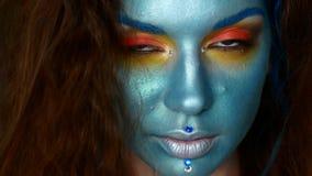 Composição criativa da cor azul Pintura modelo do corpo video estoque