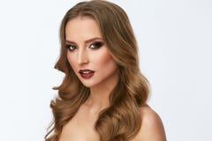 Composição da beleza Jovem mulher com cara e penteado bonitos imagem de stock royalty free