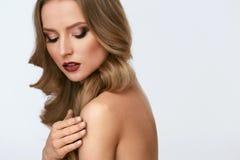Composição da beleza Jovem mulher com cara e penteado bonitos imagens de stock royalty free