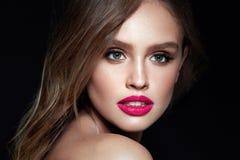 Composição da beleza Mulher com cara bonita e os bordos cor-de-rosa fotografia de stock