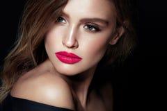 Composição da beleza Mulher com cara bonita e os bordos cor-de-rosa foto de stock