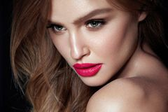 Composição da beleza Mulher com cara bonita e os bordos cor-de-rosa fotografia de stock royalty free