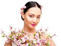 Composição da beleza da mulher em Sakura Flowers, modelo de forma Studio Portrait, menina bonita, Whte fotos de stock