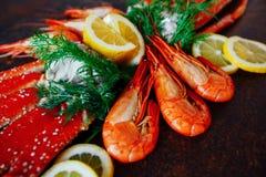 A composição da carne do camarão e de caranguejo com limão e ervas Imagem de Stock