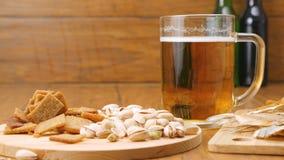 A composição da cerveja, biscoitos, pistaches, secou os peixes (nenhuns 3 2, bandeja de RL) filme