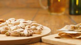 A composição da cerveja, biscoitos, pistaches, secou os peixes (nenhuns 3 5, bandeja de RL) vídeos de arquivo