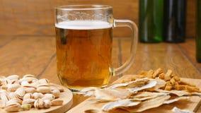 A composição da cerveja, biscoitos, pistaches, secou os peixes (nenhuns 3 3, zorra) video estoque