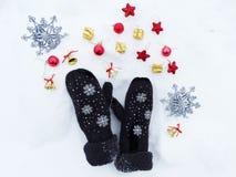 Composição da decoração do Natal no fundo da neve Imagens de Stock