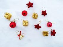 Composição da decoração do Natal no fundo da neve Fotos de Stock Royalty Free