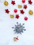 Composição da decoração do Natal no fundo da neve Foto de Stock Royalty Free