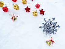 Composição da decoração do Natal no fundo da neve Fotografia de Stock Royalty Free