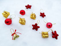 Composição da decoração do Natal no fundo da neve Imagem de Stock