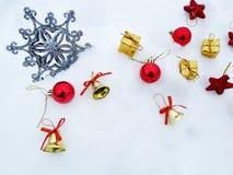 Composição da decoração do Natal no fundo da neve Foto de Stock