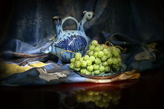 Composição da embarcação do vinho do Uzbeque e de uvas para vinho tradicionais Imagem de Stock