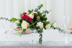 Composição da flor do casamento na tabela Ramalhete com rosas Fotografia de Stock