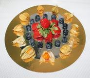 Composição da foto das morangos, dos mirtilos e do physalis Foto de Stock