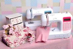 Composição da máquina de costura com linhas fotografia de stock royalty free