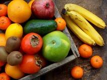 A composição da mistura coloriu frutos tropicais e mediterrâneos no fundo de madeira Conceitos sobre a decoração, Fotos de Stock Royalty Free
