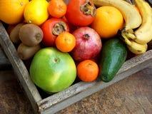 A composição da mistura coloriu frutos tropicais e mediterrâneos no fundo de madeira Conceitos sobre a decoração, Fotos de Stock