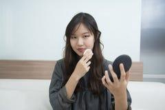 Composição da mulher de Ásia sua cara Close up da composição Br cosmético do pó Imagens de Stock