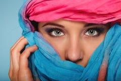 A composição da mulher nos olhos hiden sua cara com xaile foto de stock