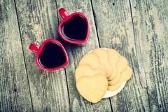 Composição da opinião superior de dia de Valentim Copos e corações de café Fotos de Stock