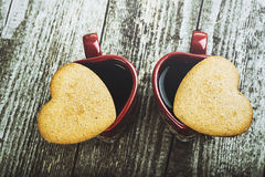 Composição da opinião superior de dia de Valentim Copos e corações de café Imagens de Stock Royalty Free