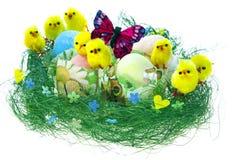 Composição da Páscoa com ovos pintados, as galinhas engraçadas e a borboleta Imagens de Stock