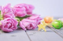 Composição da Páscoa de rosas cor-de-rosa, de ovos da páscoa coloridos e de um leste Foto de Stock Royalty Free