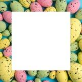 Composição da Páscoa feita com ovos coloridos Conceito mínimo de easter foto de stock